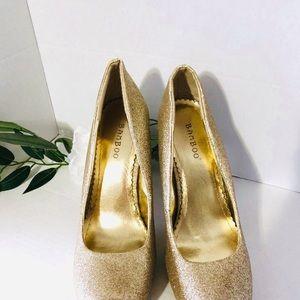 • gold glitter pumps •